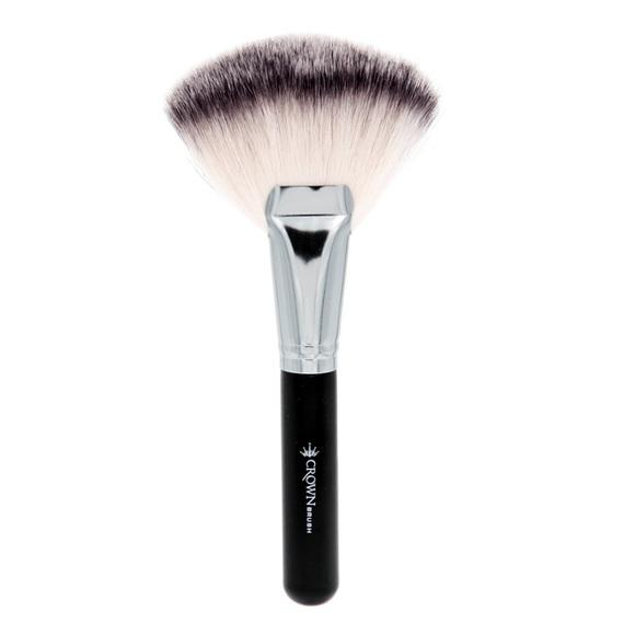 Crown Jumbo Kabuki Fan Brush SS023